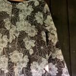 tunica cotone bio tintura vegetale fiori neri dettaglio stampa
